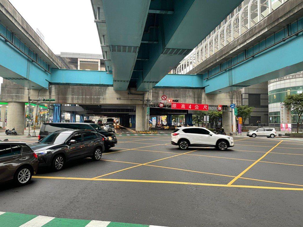 警方表示,龜山區文化一路、復興一路口新設科技執法4月12日啟用,將辨識「未保持路...