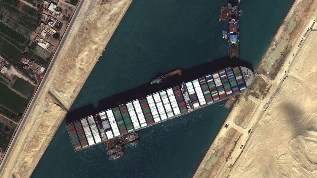 巨型貨櫃輪「長賜號」之前在蘇伊士運河擱淺數日,堵住這條繁忙的貿易航道,雙向貨物運...