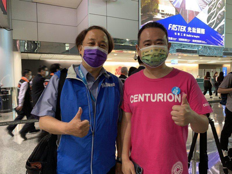 百夫長旅行箱創辦人陳志彬(右)今參加五福旅行社的台帛旅遊團,他說,去年的4月原本就規畫去帛琉玩,沒想到因疫情整整延宕一年。記者陳雨鑫/攝影
