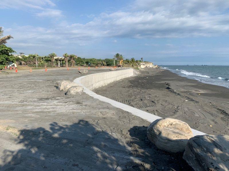 高雄市水利局建海堤保護旗津海岸。圖/高雄市水利局提供