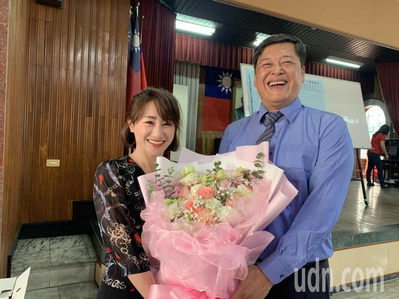 台南市農會新任總幹事吳嘉仁(右)太太獻花祝賀。記者吳淑玲/攝影