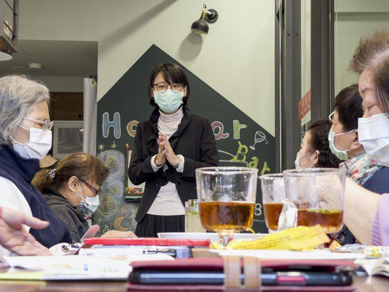 安寧緩合護理教育師劉曉菁(中)說,台灣投這麼多經費在據點,不該只是辦活動,要有生命教育課程,並在最後教導醫療決策自己的生命。記者王敏旭/攝影