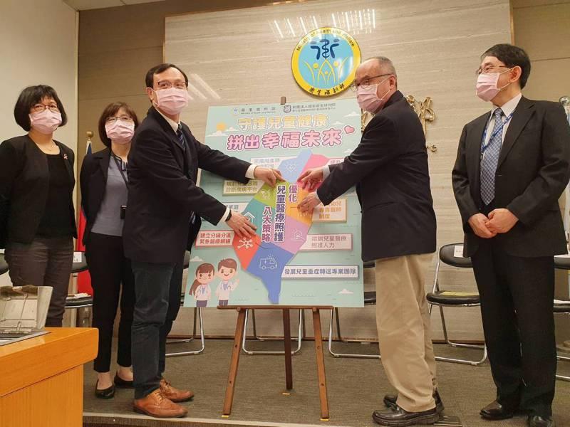 衛生福利部次長石崇良(左)與國衛院院長梁賡義(右)一同出席「優化兒童醫療照護計畫」記者會。記者楊雅棠/攝影