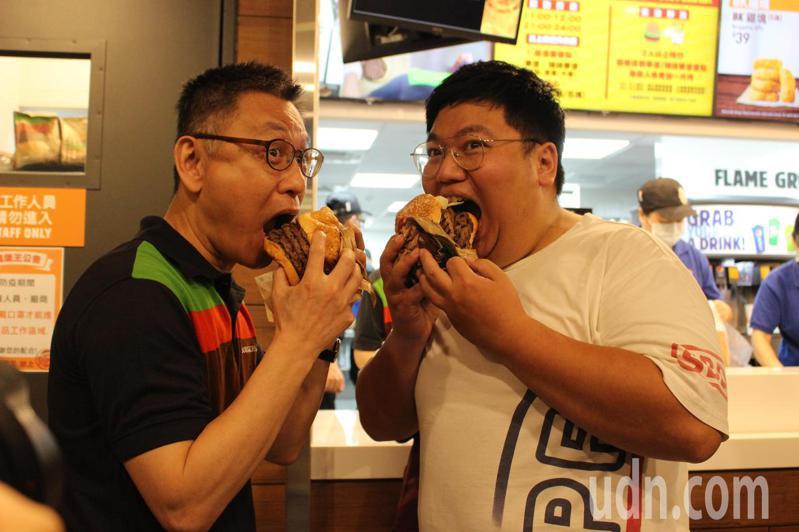 健身教練廖士鈞(右)日前在臉書貼文要吃爆漢堡王,業者為他準備5層肉片的豪華漢堡。記者林敬家/攝影