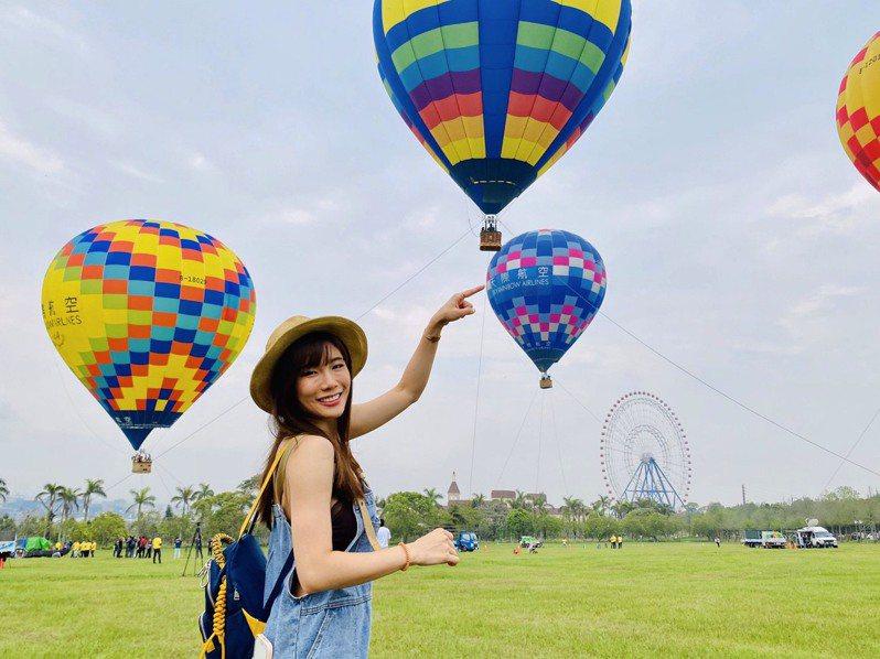 綠油油的草原搭配彩色熱氣球,與後方天空之夢摩天輪形成夢幻又壯觀的景緻。記者宋健生/攝影