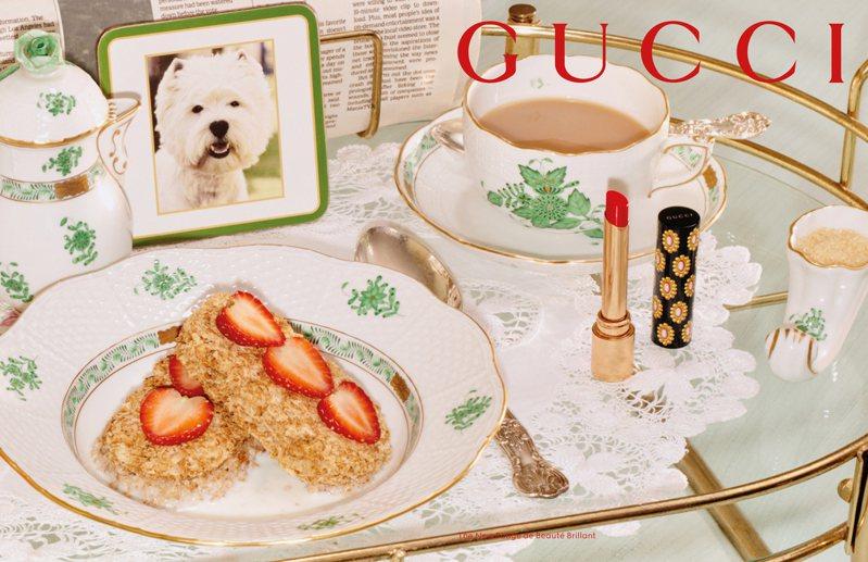 Gucci傾色琉光唇膏相較以往的設計,第一次用了纖長的金色管身,搭配靈感來自古董玩物的金色胸針印花黑底唇膏蓋。圖/Gucci提供