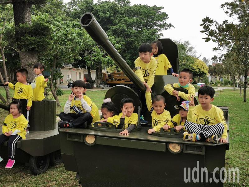趕在兒童節前夕,林務所特別製作超可愛的坦克車,小朋友看到都超開心的,頻頻擠在戰車上拍照。記者蔡家蓁/攝影