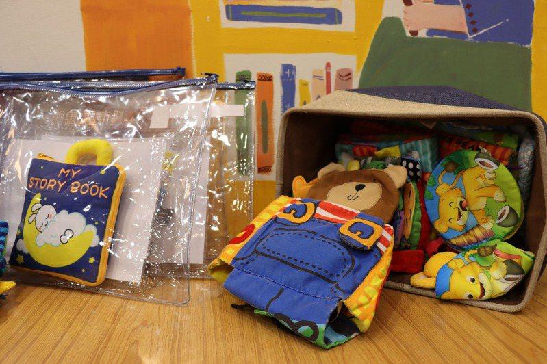 高市圖的玩具書都使用防護套包裝,並定時清潔。圖/高市圖提供