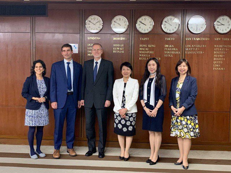 台美雙方30日就台灣國際參與議題舉行視訊會議,AIT處長酈英傑(左3)、外交部主秘徐儷文(右3)與會。圖/外交部提供