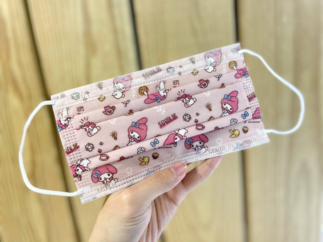 全家便利商店將於4月7日起獨家販售「三麗鷗系列成人醫療口罩」,圖為美樂蒂款,一包...
