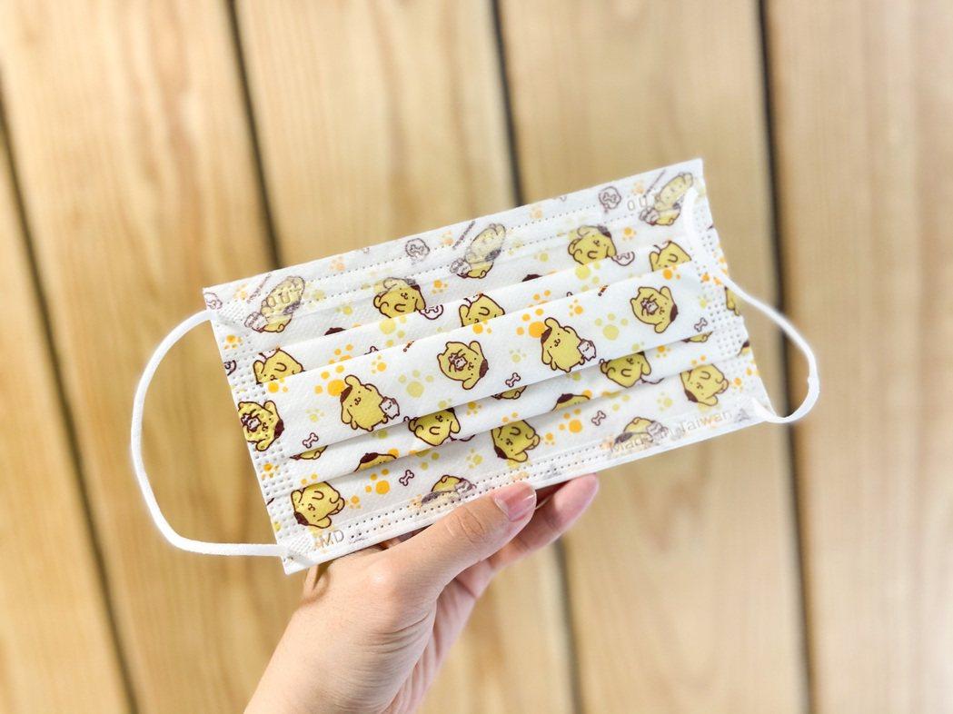 全家便利商店將於4月7日起獨家販售「三麗鷗系列成人醫療口罩」,圖為布丁狗款,一包...