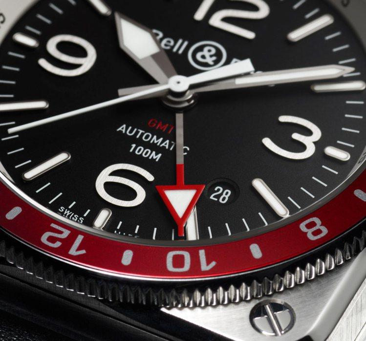 BR 03-92的四方形表殼,有如從飛機儀表板上移植而來的專業儀器設備,並搭配紅...