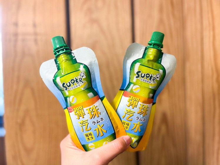 全家便利商店4月7日起推出「彈珠汽水風味冰沙」,售價35元。圖/全家便利商店提供