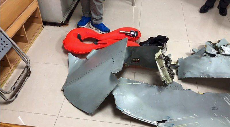 此外戰鬥機為了追求性能須節省重量,飛行紀錄器較陽春;較早設計的F-5則根本沒有相關設備,圖為F-5E戰機失事後發現的飛機殘骸。圖/聯合報系資料照片