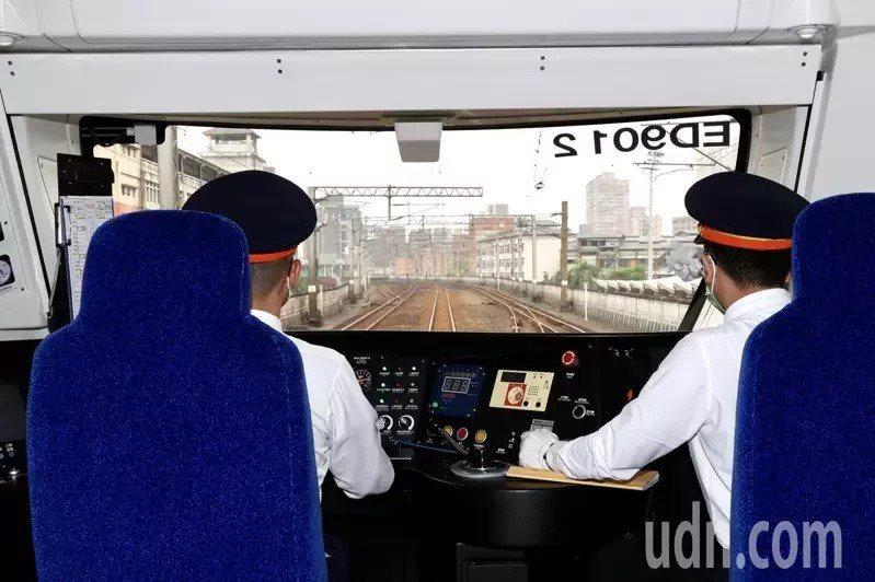被喻為「史上最美區間車」EMU900型空調通勤電聯車,去年10月抵台至今,一直受到各界的關注。記者林俊良/攝影