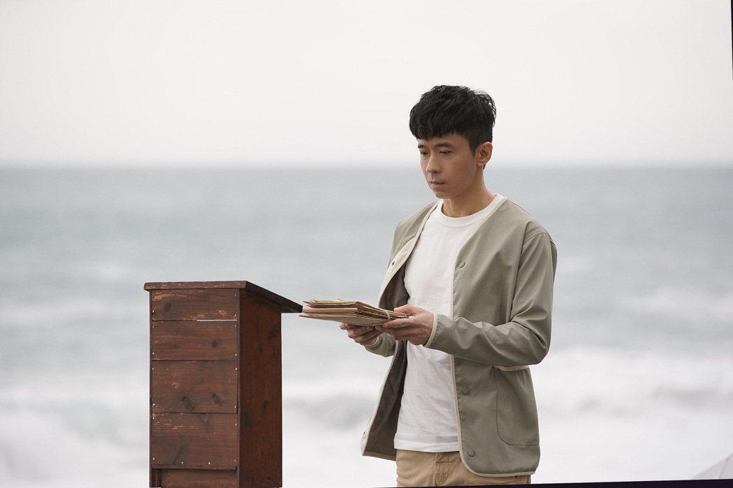 光良為新歌前進花蓮海邊拍攝MV。圖/星娛音樂提供