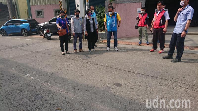 彰化縣長王惠美會勘員鹿路一段到明聖路二段巷口的柳橋西路,路況相當差。記者簡慧珍/攝影