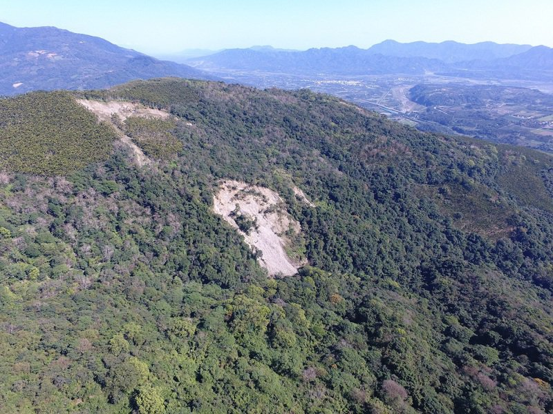 花蓮瑞穗鄉自來水舞鶴淨水廠上方山坡,有約17公頃崩塌地,自2017年起山坡出現逐漸擴大且持續下滑情形,花蓮林管處持續監控。圖/花蓮林管處提供