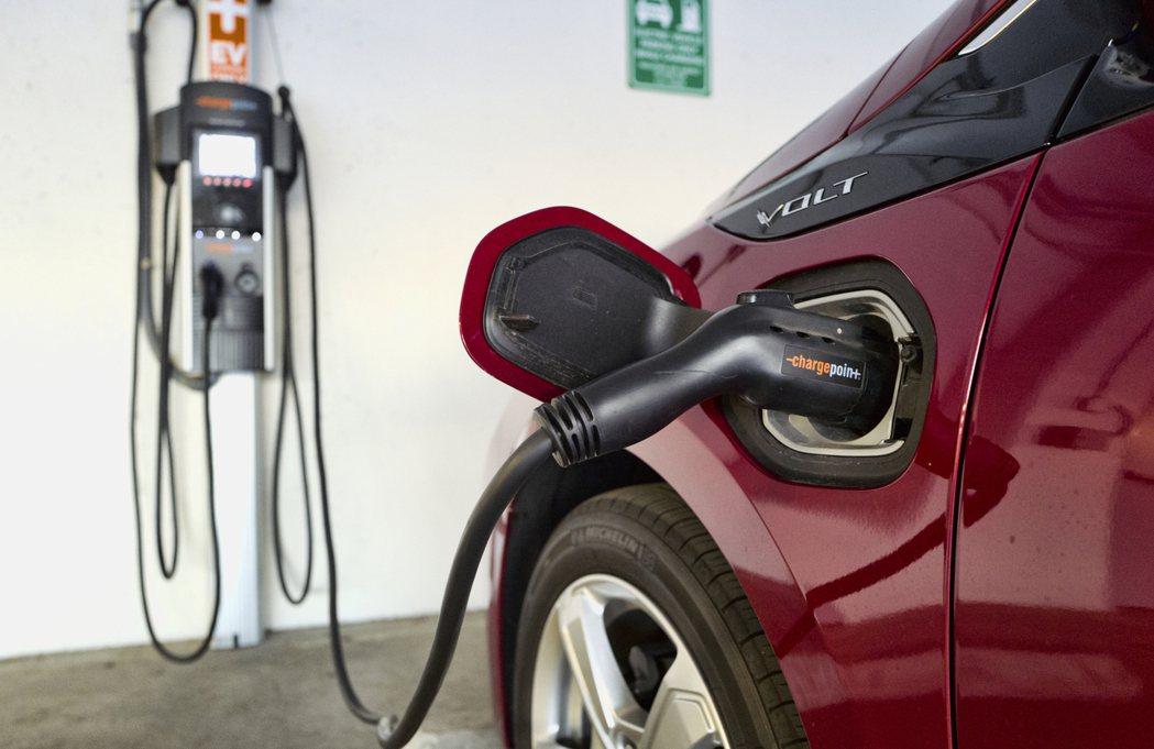 拜登政府推動全美廣設50萬座汽車充電站。(美聯社)