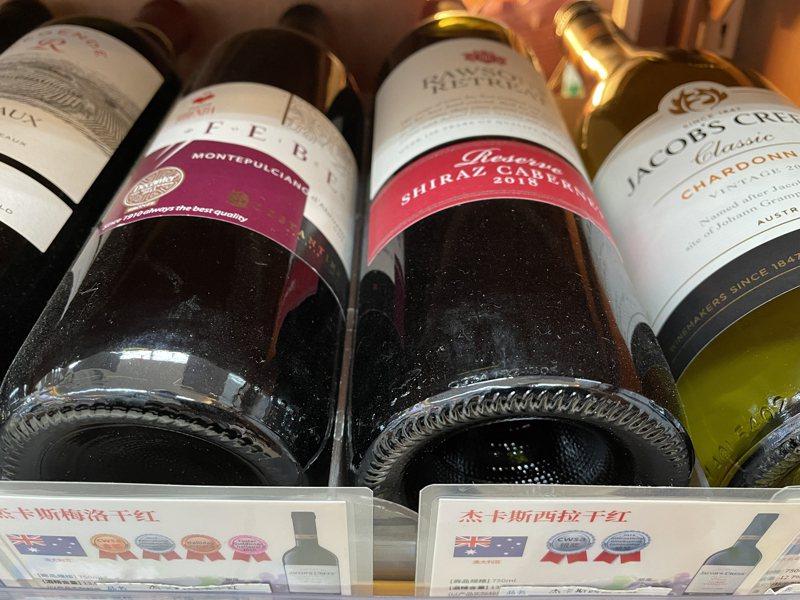 目前上海部分超商貨架上仍可看到來自澳洲的葡萄酒。記者林則宏/攝影