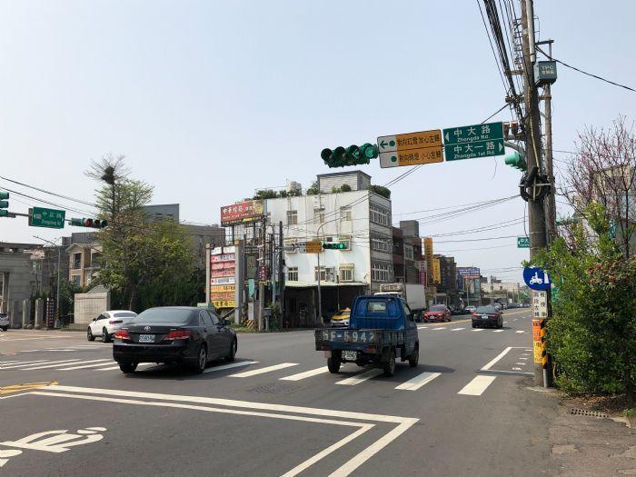 桃市交通局將在中央大學近路口試辦特殊綠燈,以左轉箭頭與綠燈,提醒用路人安心左轉。圖/交通局提供