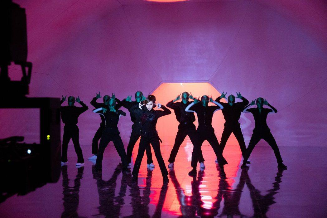 鄧紫棋新歌挑戰復古舞曲, 親自設計魔性舞蹈。圖/索尼音樂提供