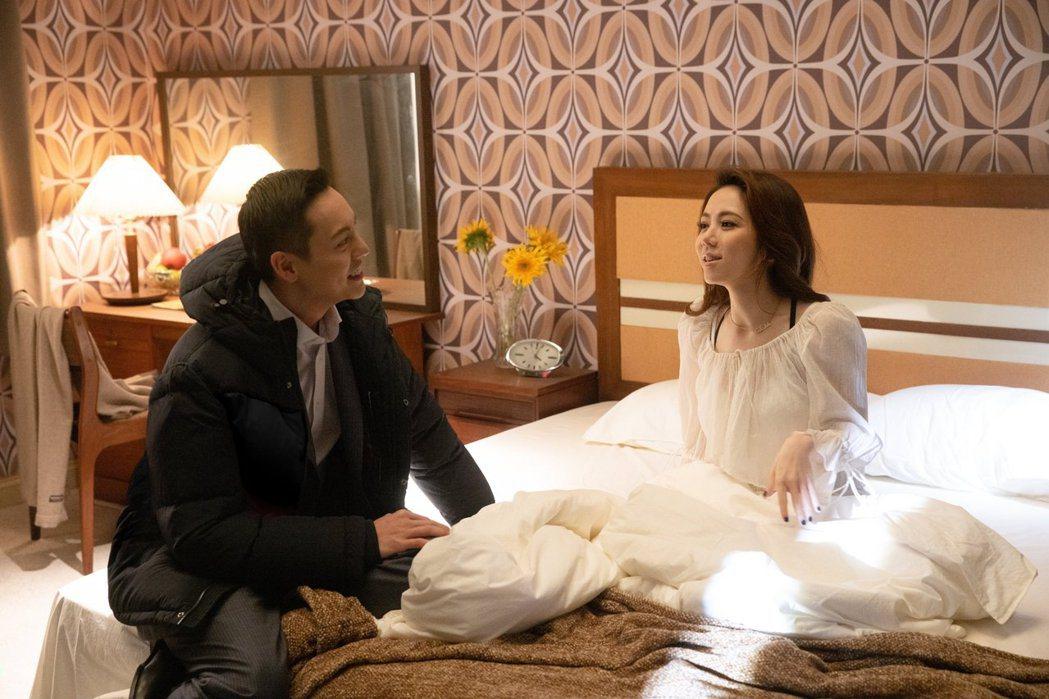 鄧紫棋(右)首度在新歌MV與陳偉霆拍攝床戲。圖/索尼音樂提供