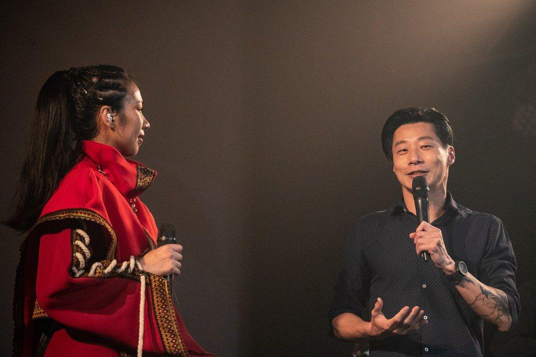 雅維茉芮(左)與閃靈Freddy同台合唱「巫醫」。圖/ 獨一無二娛樂文化提供