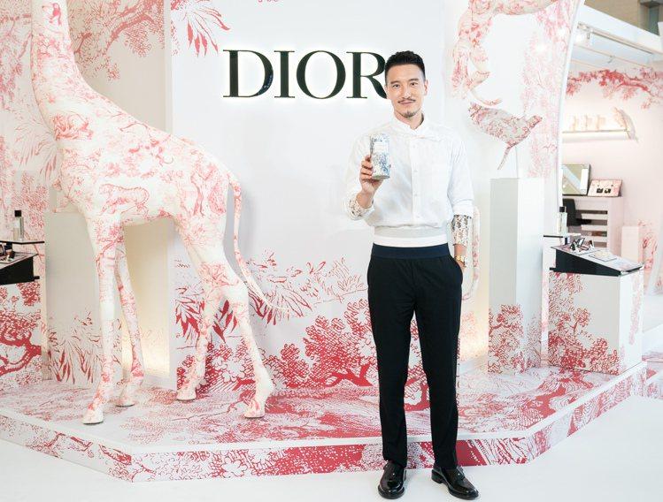 王陽明一身帥氣白色襯衫,現身高雄漢神巨蛋迪奧香氛世家度假限量快閃店。圖/迪奧提供