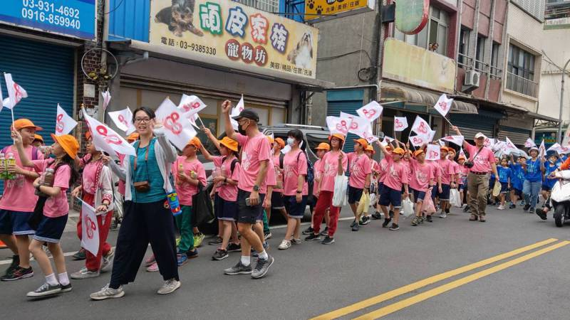 宜蘭力行國小為了慶祝80周年校慶,舉辦社區踩街,由畢業自該校的里長及民代帶領孩子步行巡禮,讓學生更加了解自己所居住的環境。記者戴永華/攝影