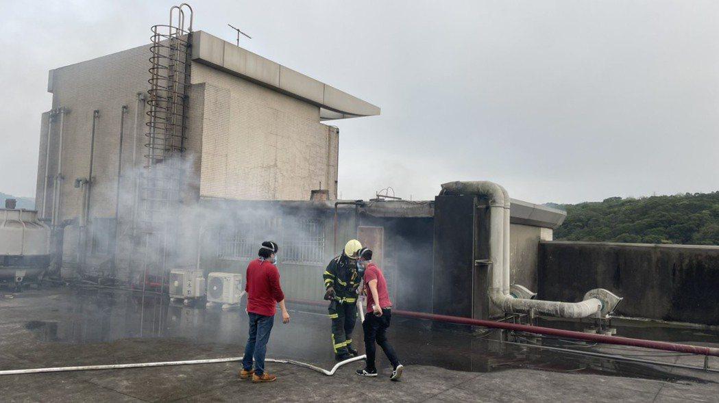 新竹縣湖口鄉的新普科技公司,昨(1)日下午5點傳出火警。圖/新竹縣消防局提供