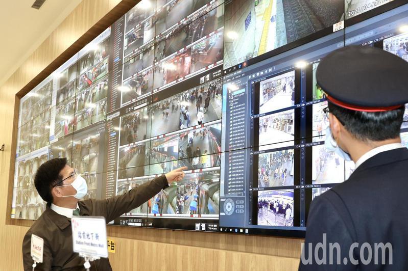 交通部長林佳龍(左)視察台北車站清明連假疏運整備情形,至聯合防災中心聽取簡報。記者林俊良/攝影