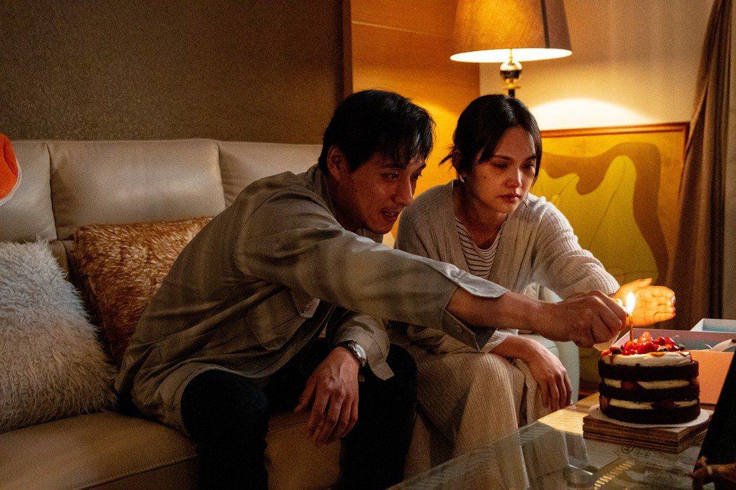 鄭人碩、楊丞琳在「靈語」合體演出夫妻,尋找失蹤女兒。圖/甲上提供