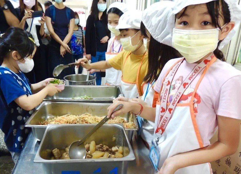 教育部兒童節前夕宣布投入35億元,明年興建137座偏鄉中央廚房,統一煮營養午餐並送到各校。本報資料照片