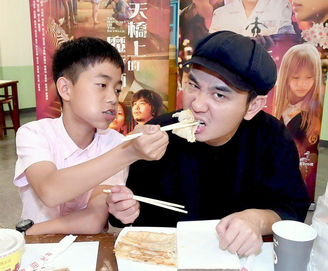 李奕樵(左)餵戲裡的爸爸楊大正吃鍋貼。圖/華視提供