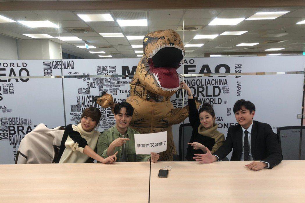 愚人節前夕劇組邀王上菲(左起)、朱宇謀、楊佩潔、黃靖倫一同開會,其實是一場整人計