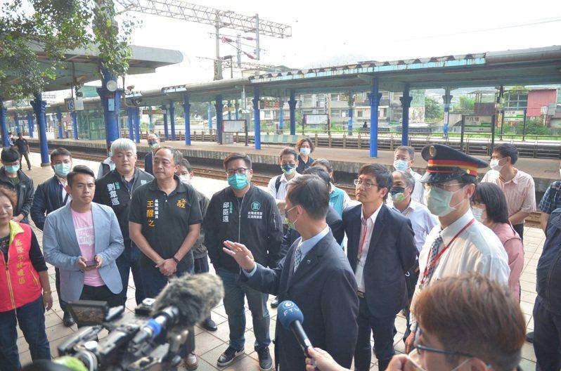 雨天八堵火車站將不再濕答答,台鐵千萬改善老舊遮雨棚。圖/立委蔡適應提供
