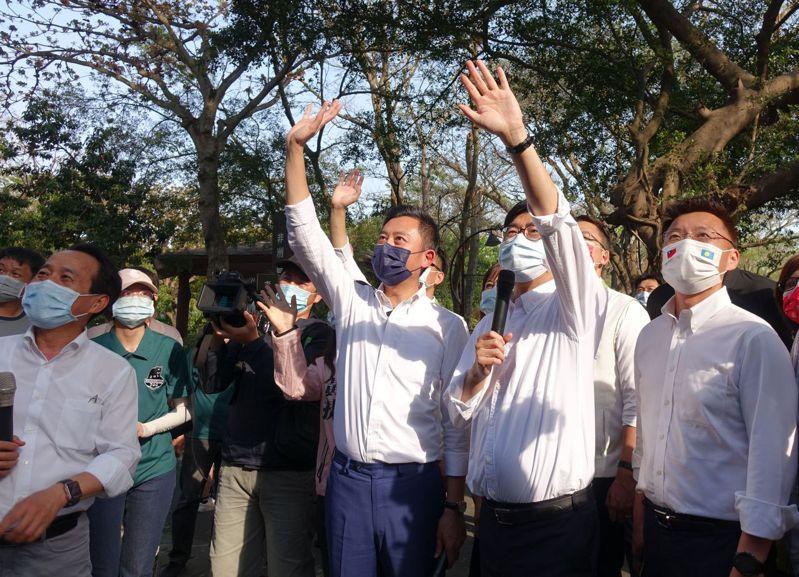 高雄市長陳其邁(右二)與到訪高雄壽山動物園的新竹市長林智堅一起揮手跟黑猩猩打招呼。記者楊濡嘉/攝影