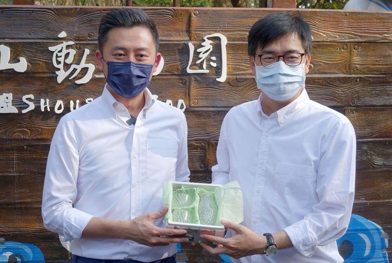 高雄市長陳其邁(右)與新竹市長林智堅加強兩市交流。記者楊濡嘉/攝影