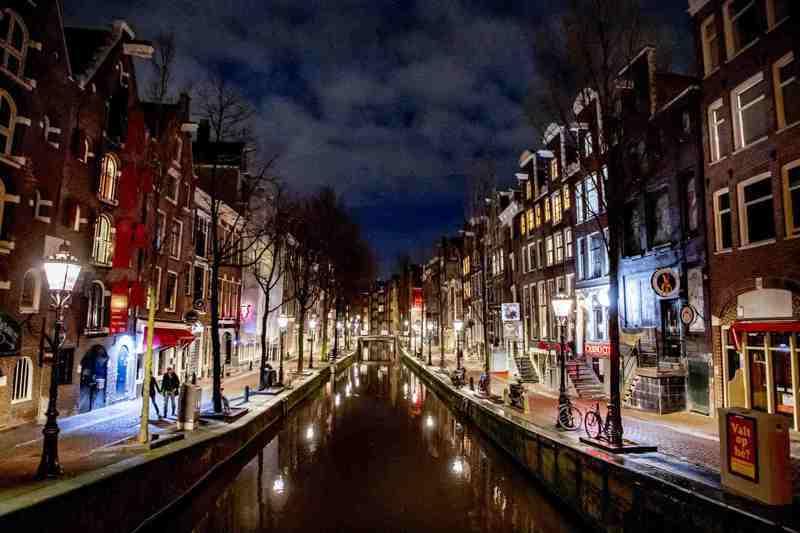 新冠肺炎疫情期間,曾經的觀光熱點阿姆斯特丹,變得冷清。路透