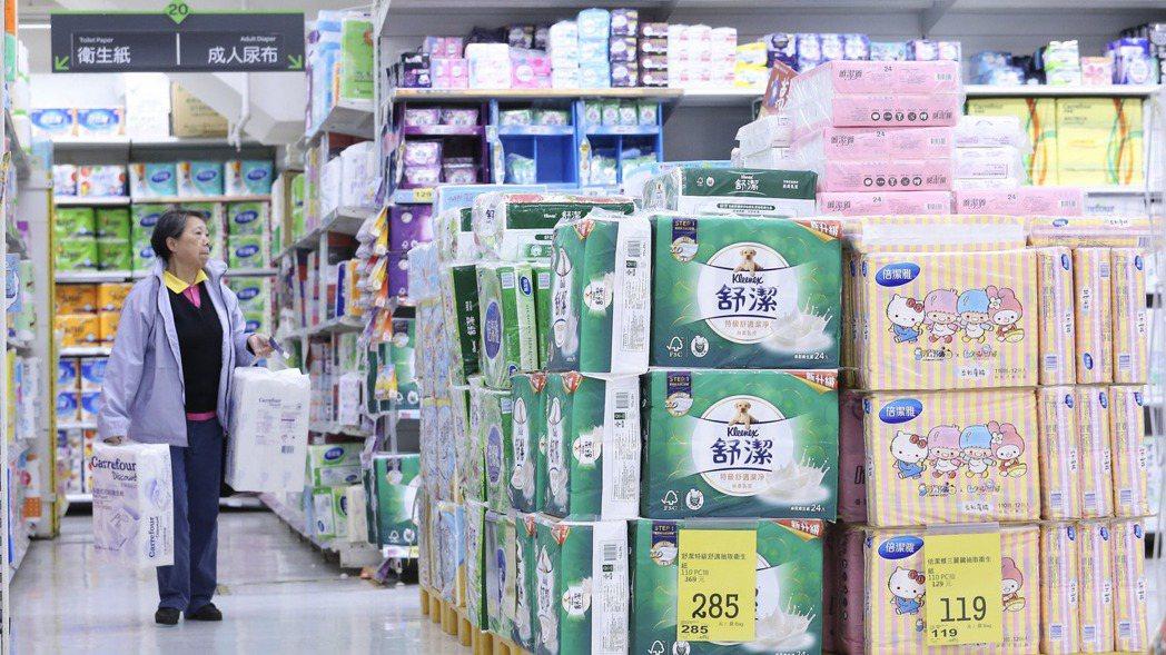 金百利克拉克旗下衛生紙宣布漲價,台灣是否跟進受到關注。圖為賣場衛生紙陳列示意圖。...