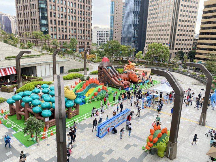 統一時代百貨台北店在2樓夢廣場推出「戽斗恐龍叢林樂園」。圖/統一時代百貨提供
