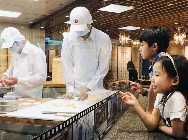 台北101觀景台4月3日、4月4日起每周末推出「鼎泰豐見習體驗」,連假期間購全票...