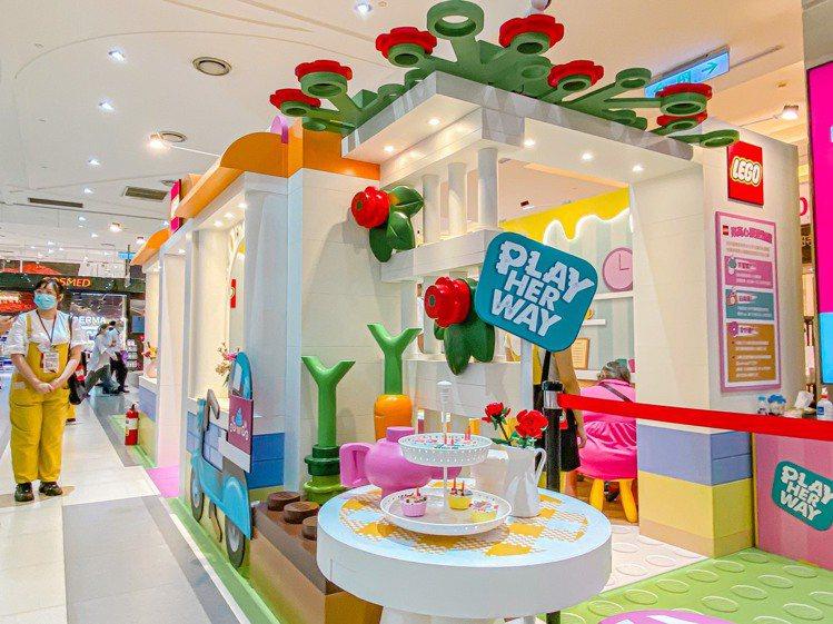 統一時代百貨台北店在1樓連通道推出「樂高心願蛋糕屋」。圖/統一時代百貨提供