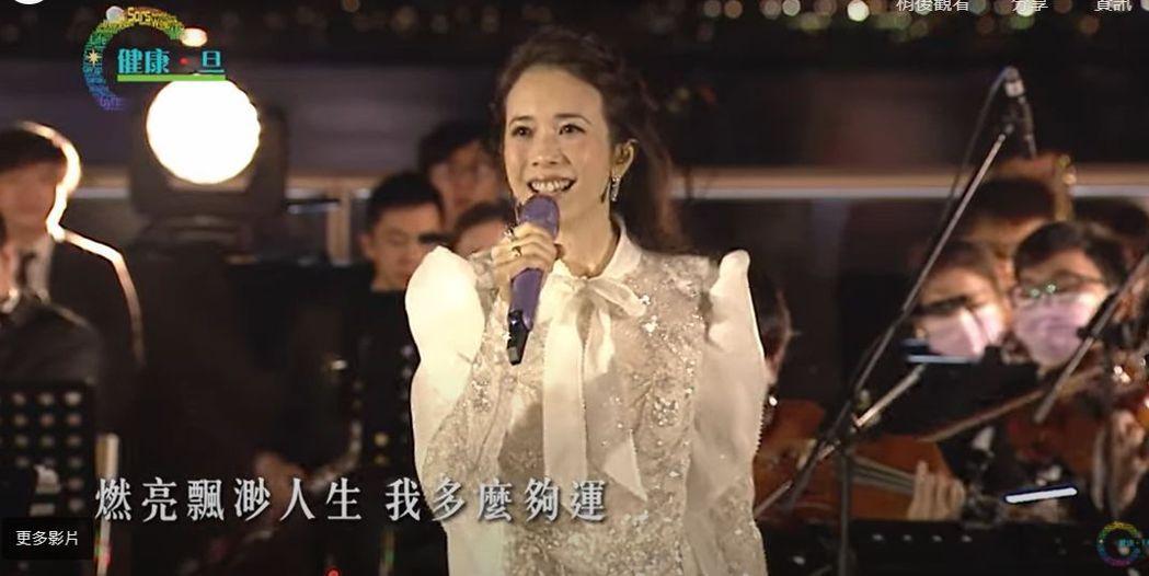 莫文蔚一身銀白禮服登場獻唱。圖/摘自「健康·旦」YouTube頻道