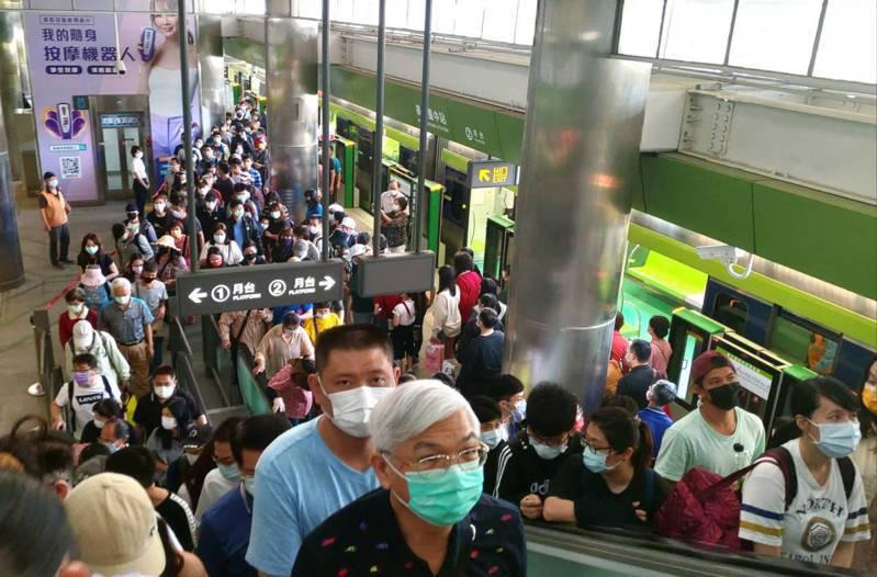 台中捷運綠線首周運量逼近50萬,今起4天清明連假,預估運量可望再創高峰。圖/中捷公司提供