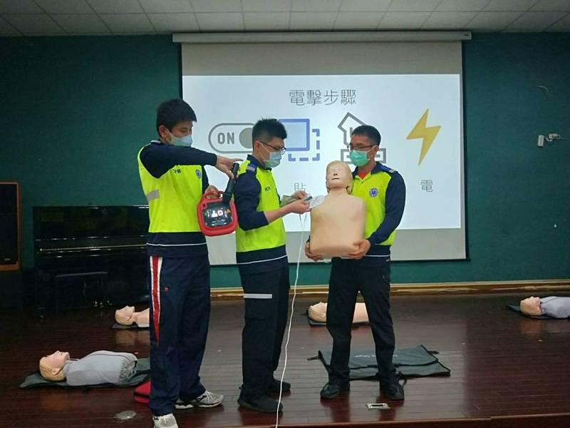 新竹縣政府舉行全縣學校AED管理員教育訓練,消防局指導如何正確執行「叫、叫、C、D」急救技能。圖/新竹縣政府提供