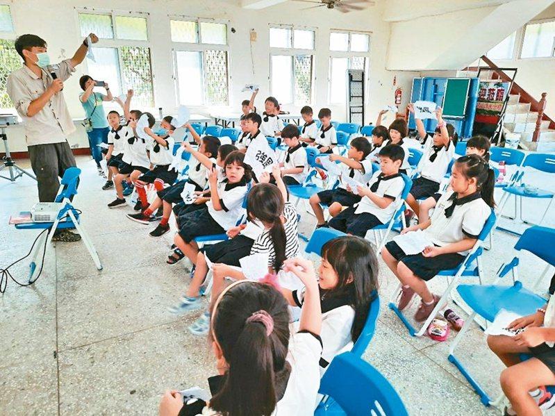 億載國小漁光分校課程具特色,儘管學區內沒設籍新生,仍吸引學生跨區來就讀。記者鄭惠仁/攝影