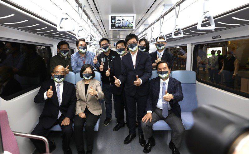 「最美區間車」的EMU900型電聯車,昨在基隆火車站首航,市長林右昌(後排左二)陪同蔡英文總統(前排左二)、行政院長蘇貞昌(前排左一)搭乘。圖/基隆市政府提供