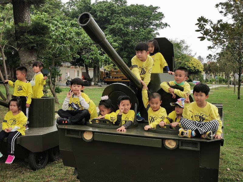 林務所製作可愛坦克車,小朋友玩得很開心。記者蔡家蓁/攝影